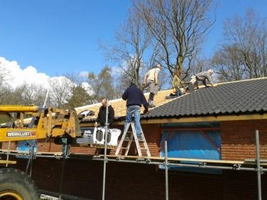 dakpannen gaan erop